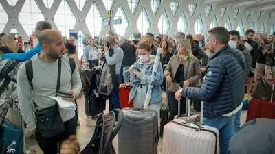 مسافرون في إحدى صالات الانتظار بمطار مدينة مراكش بالمغرب.
