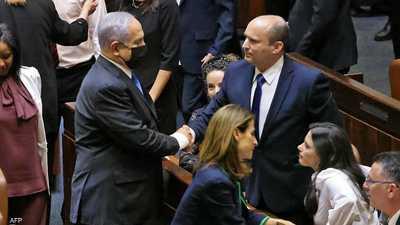 بينيت يصافح نتانياهو في الكنيست الإسرائيلي.