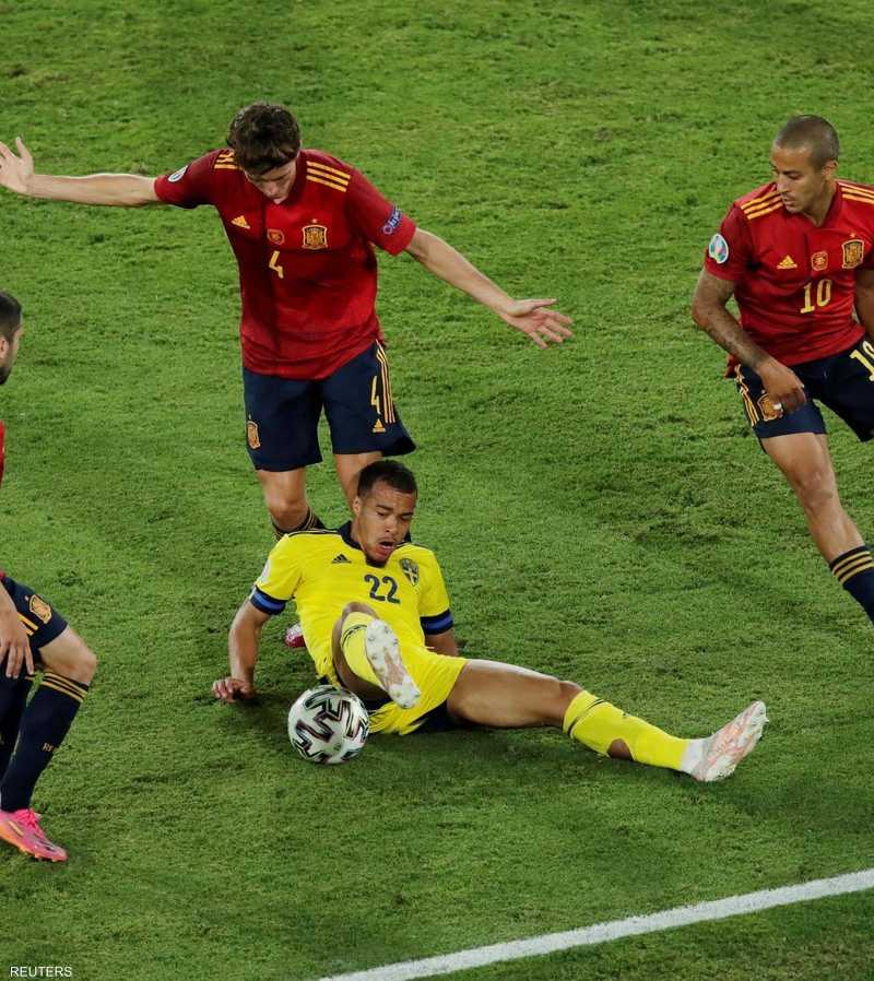 كويسون محاصر بين 3 من لاعبي المنتخب الإسباني
