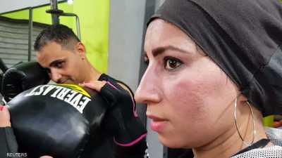 صور.. مصرية تدرب الرجال على الملاكمة في ريف صعيد مصر
