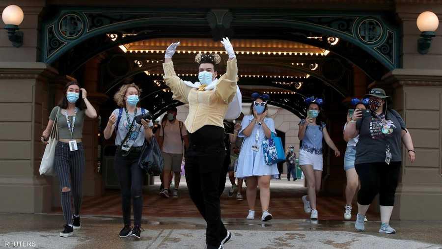 رحبت شخصيات ديزني بالرقص على أنغام الموسيقى المبهجة بحشد من الزوار المبتسمين.