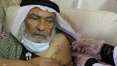 أحد الفلسطينيين يتلقى لقاح فايزر