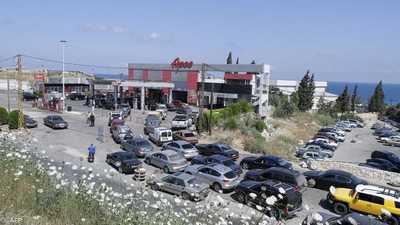 """قطع طرق بمدن لبنانية عدة والليرة تسجل هبوطا """"تاريخيا"""""""