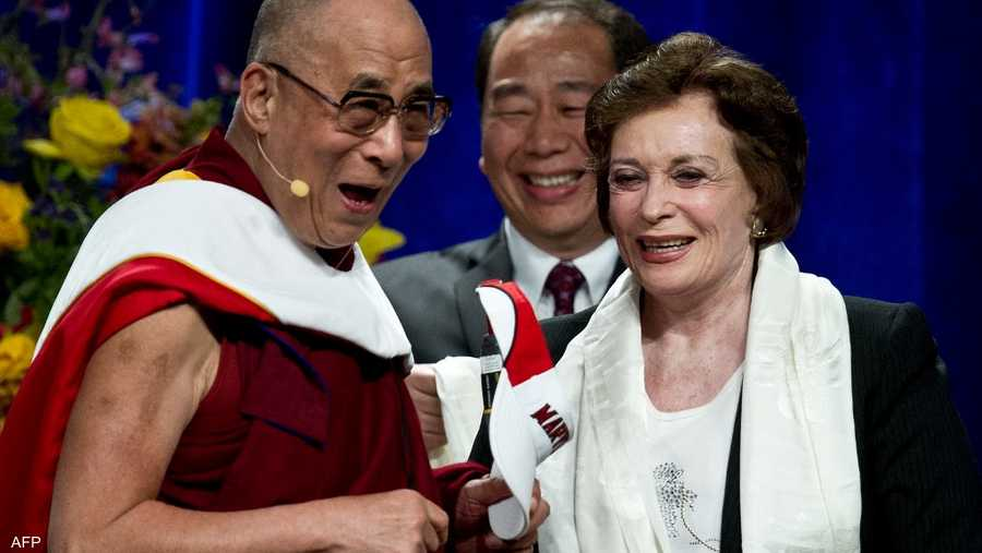 """التقت خلال مسيرتها بقادة وشخصيات سياسية وفنية ودينية مهمة، من بينها الـ""""دالاي لاما""""."""