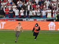 رجال الأمن يلاحقون أحد المشجعين الذين اقتحموا ملعب ويمبلي.