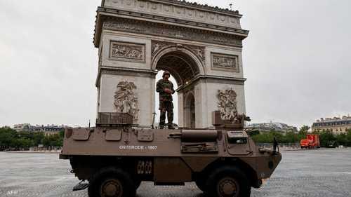 دبابة فرنسية أمام قوس النصر