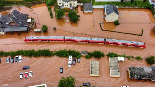 مياه الفيضانات تحاصر قطارا في مدينة كورديل غربي ألمانيا
