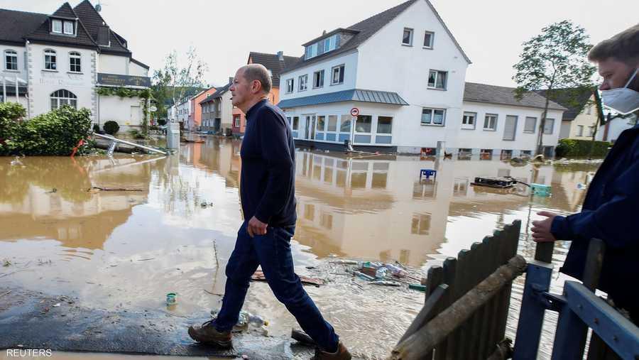 وزير المالية الألماني أولاف شولتز يتفقد الأضرار