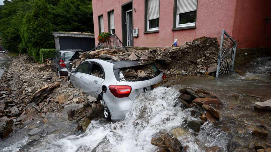 طين الفيضانات طمر سيارات وأتلفها