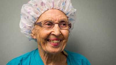 """بعد 70 سنة من الخدمة.. """"أكبر ممرضة أميركية"""" تتقاعد"""