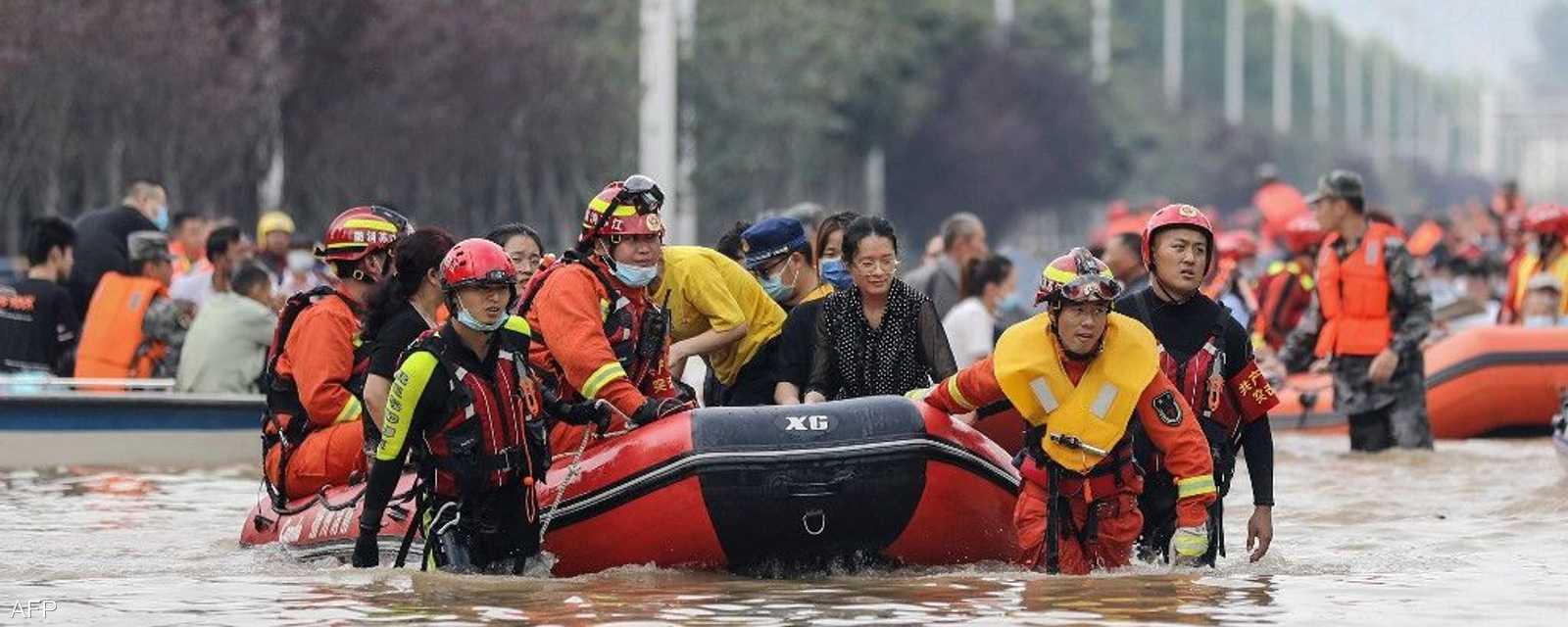 تعمل فرق الإنقاذ على مساعدة المواطنين