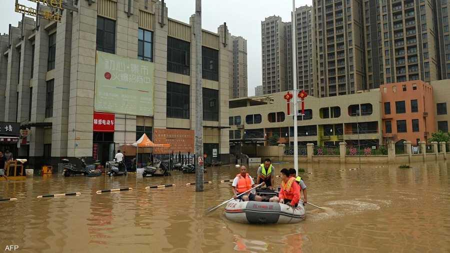 استخدم عمال الإنقاذ في تشنغتشو حفارات وقوارب مطاطية وطوافات لنقل بعض السكان إلى أراض جافة.