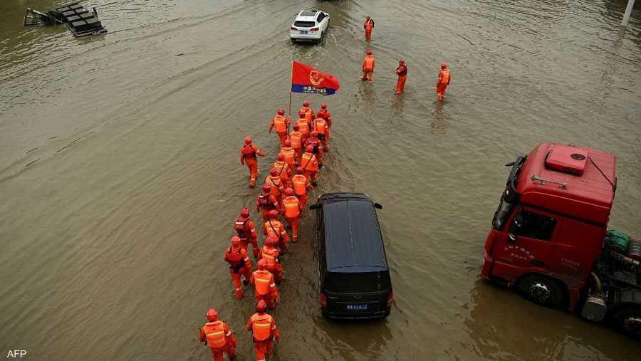 جرى استدعاء أفراد متخصصين في عمليات الإنقاذ مع مركبات متخصصة لسحب المياه من الشوارع والتقاطعات والأنفاق الغارقة.