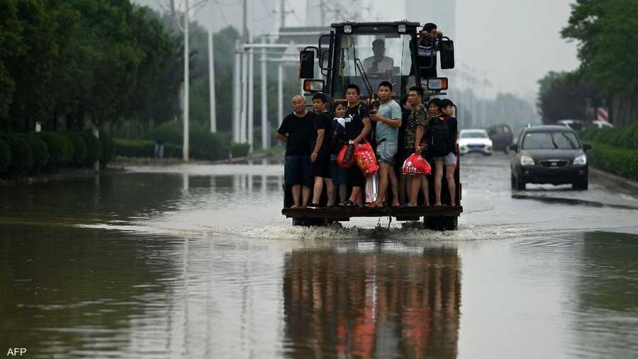أنقذ عمال الإغاثة باستخدام حفارات السكان العالقين ونقلوا طعاما لمن لا يزال محاصرا بعد أيام من الأمطار الغزيرة.