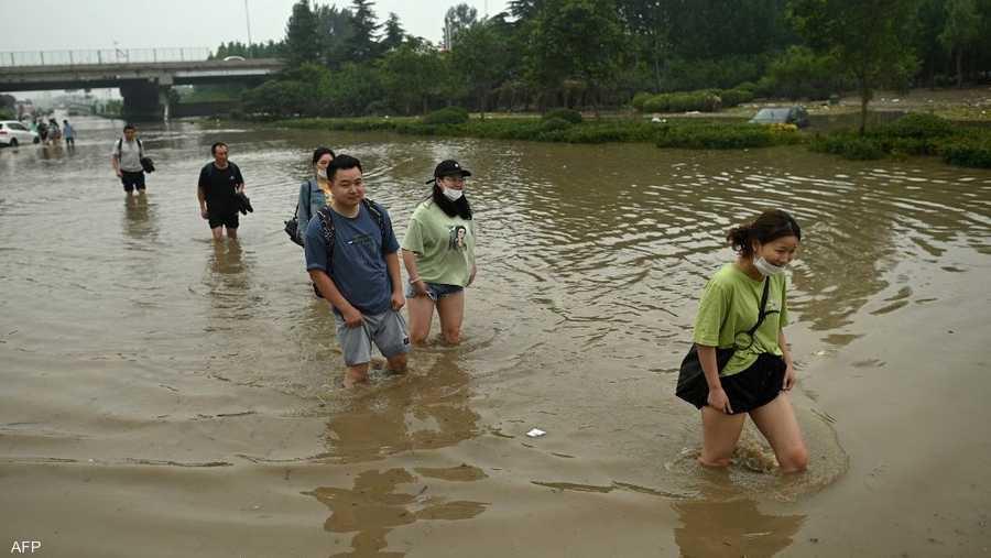 أدت الفيضانات لانقطاع الكهرباء وتقطع السبل بالسكان في منازلهم ومكاتبهم ووسائل النقل العام.