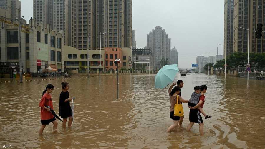 تحولت الشوارع إلى أنهار متدفقة جرفت الناس والمركبات والشقق، وامتلأت المتاجر والمكاتب بالمياه الموحلة.