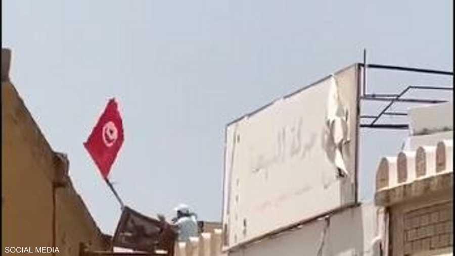 عنصر إخواني ألقى شابا معارضا من فوق مقر النهضة