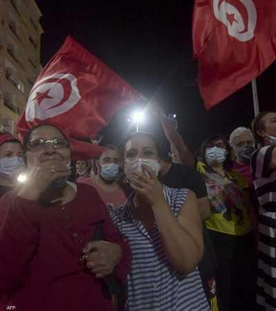 تونسيون يشاركون في مظاهرة دعما للرئيس قيس سعيد.