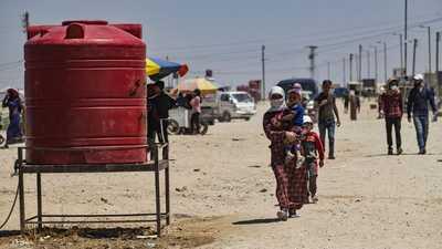 لاجئون سوريون على الحدود مع تركيا.
