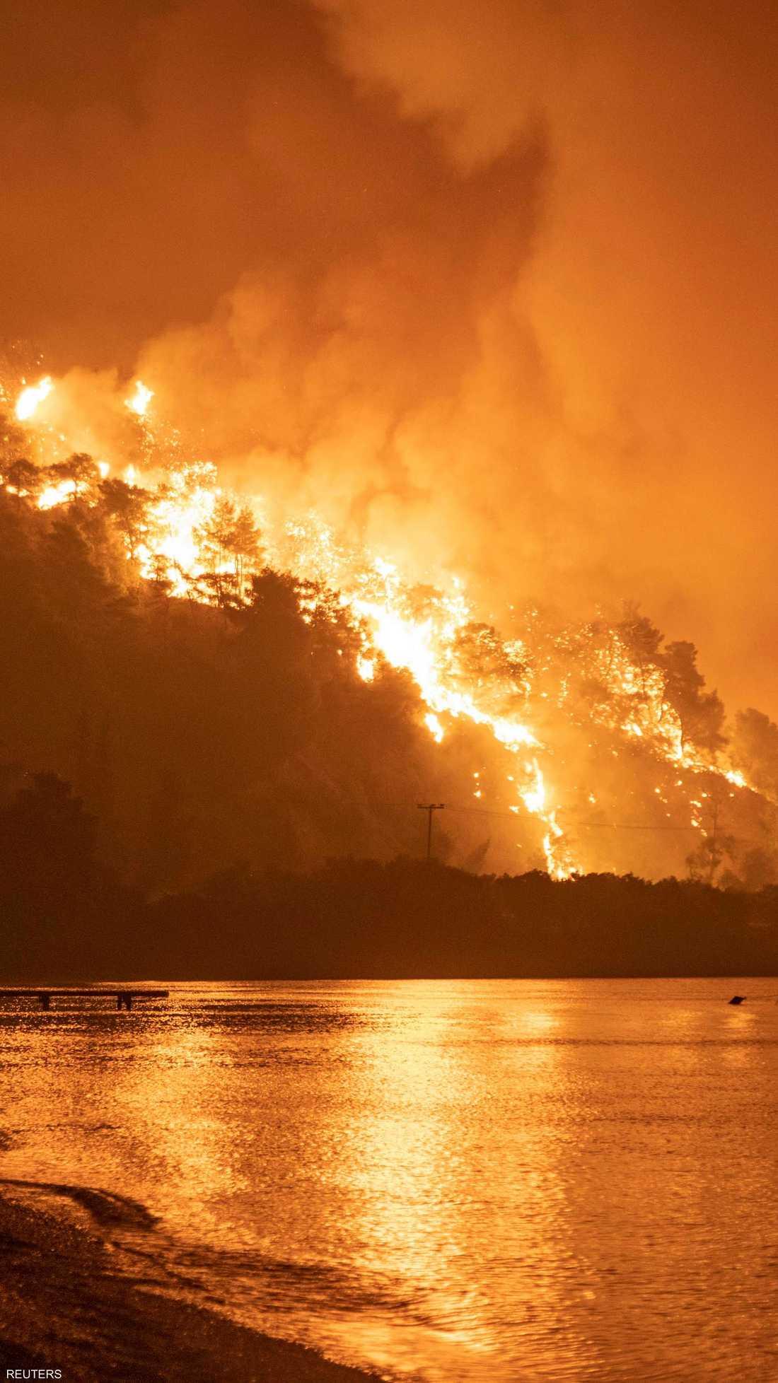 الحرائق ممتدة في جزيرة إيفيا المحاذية لأثينا