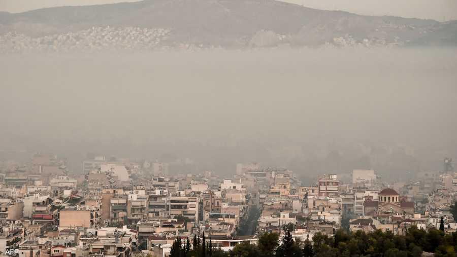 دخان الحرائق يغطي سماء وسط العاصمة اليونانية