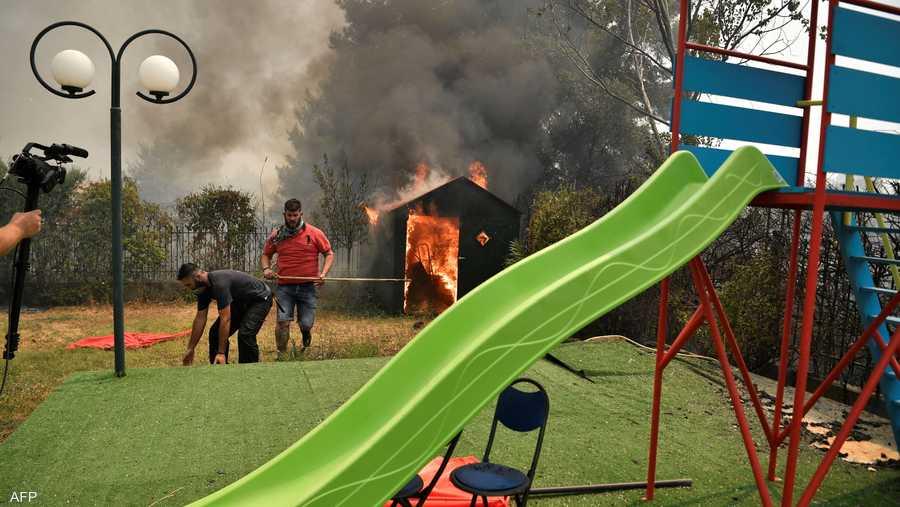 وصلت الحرائق إلى المنازل وحرمت الأطفال من اللعب