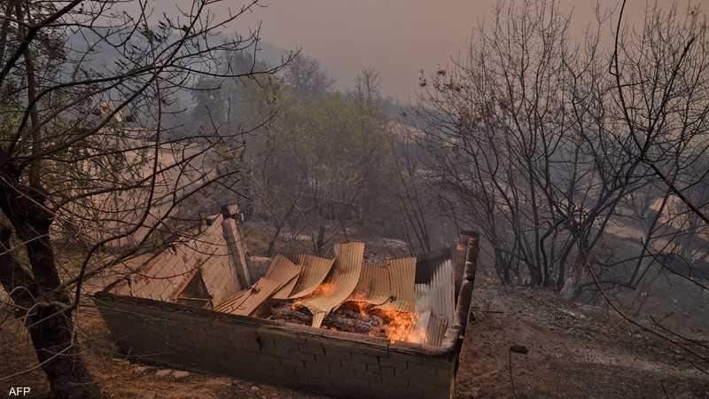 سحب الدخان تغطي جبال منطقة القبائل