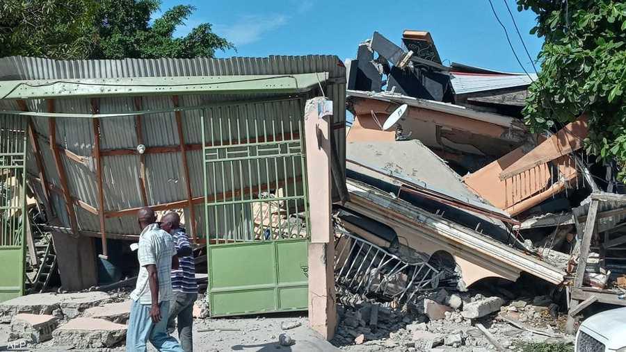 تسبب الزلزال في إلحاق أضرار شديدة بكنائس وفنادق ومستشفيات ومدارس أو تدميرها.