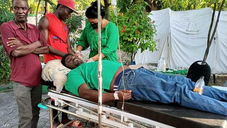عمال الإنقاذ والمواطنين تمكنوا من انتشال العديد من الأشخاص من تحت الأنقاض.