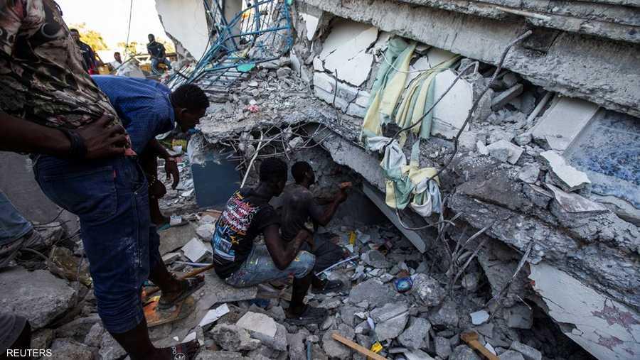 سوّى الزلزال الذي بلغت شدته 7.2 درجة مئات المنازل بالأرض في الدولة الفقيرة التي ما زالت تعاني من آثار زلزال آخر كبير وقع منذ 11 عاما.