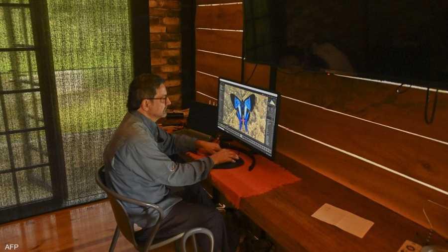 يعشق خوان البالغ من العمر 65 عاما تصوير الحيوانات في الطبيعية، إلا أنه مهتم بشكل كبير بالفراشات الكولومبية.