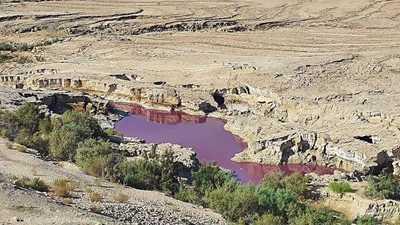"""الأردن.. الكشف عن سر """"المياه الحمراء"""" في البحر الميت"""