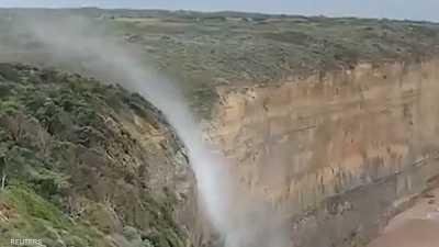 """بالفيديو.. مياه الشلال """"تتجه إلى الأعلى"""""""