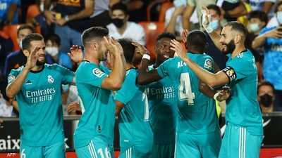 لاعبو ريال مدريد يحتفلون بالفوز على فلنسيا.