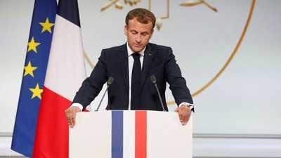 """ماكرون يكرم """"عملاء فرنسا"""" بالجزائر.. ويطلب منهم الصفح"""