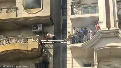 أشخاص يحاولون إنقاذ العالقين في العيادة