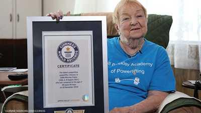 """جدة عمرها 100 عام تدخل سجل """"غينيس"""" في رفع الأثقال"""