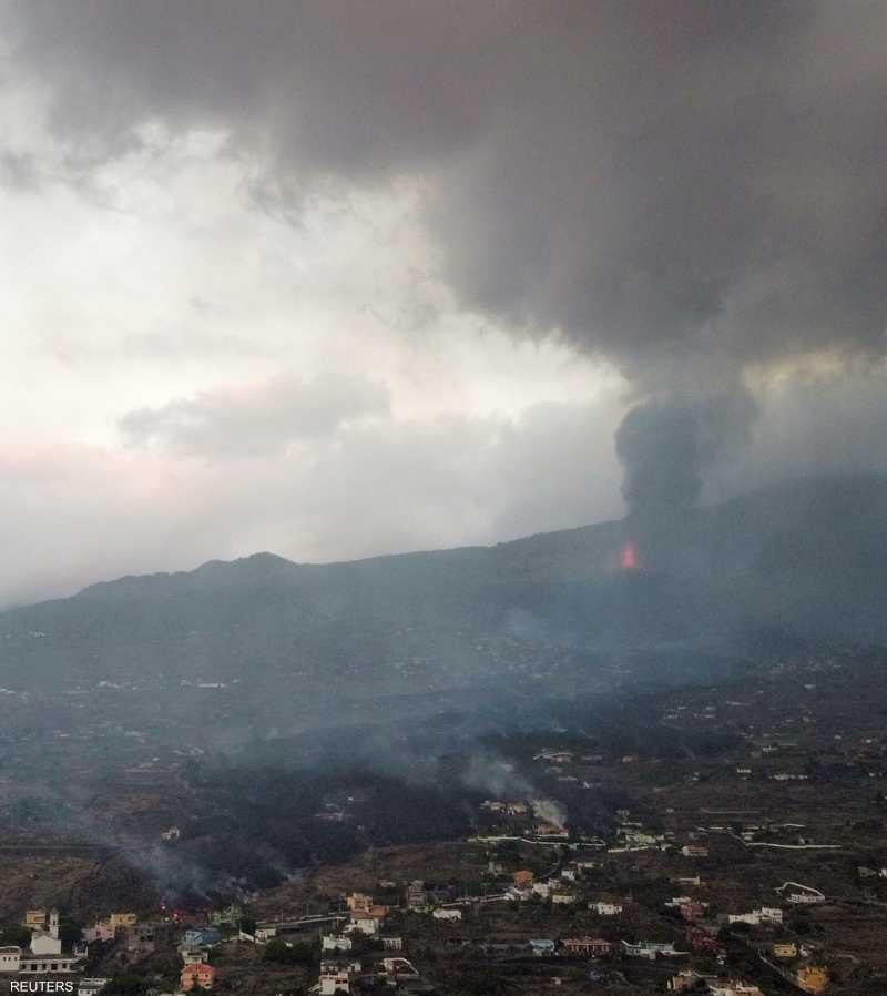 الرماد الناجم عن البركان يغطي المنطقة المحيطة به