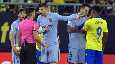 إيقاف كومان.. وبيكيه يهاجم مدربه في برشلونة