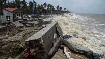 """الإعصار """"غولاب"""" يصل السواحل الشرقية للهند"""