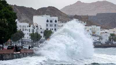 """رياح شديدة ومطر غزير.. بدء تأثر سواحل عُمان بـ""""إعصار شاهين"""""""