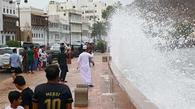 """""""إعصار شاهين"""".. احتجاز أشخاص وقطع طرق في سلطنة عُمان"""