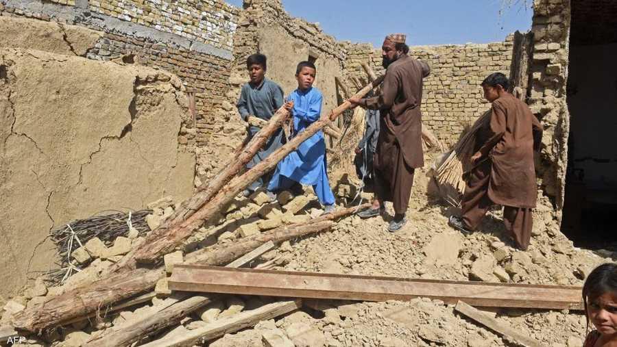 تقع باكستان على صفائح تكتونية يحدث بينها تصادم مما يجعلها عرضة لزلازل متكررة.