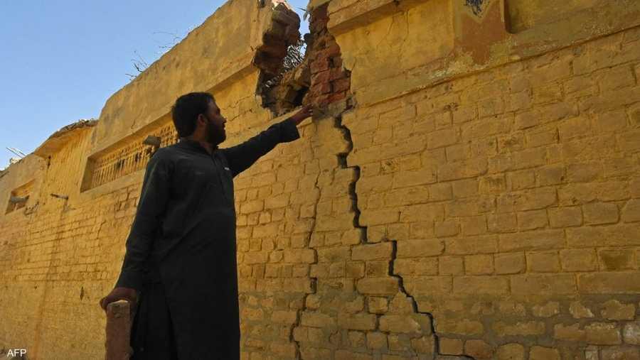 أظهرت لقطات بثها التلفزيون مباني بها فجوات واسعة بالأسطح والجدران المنهارة.