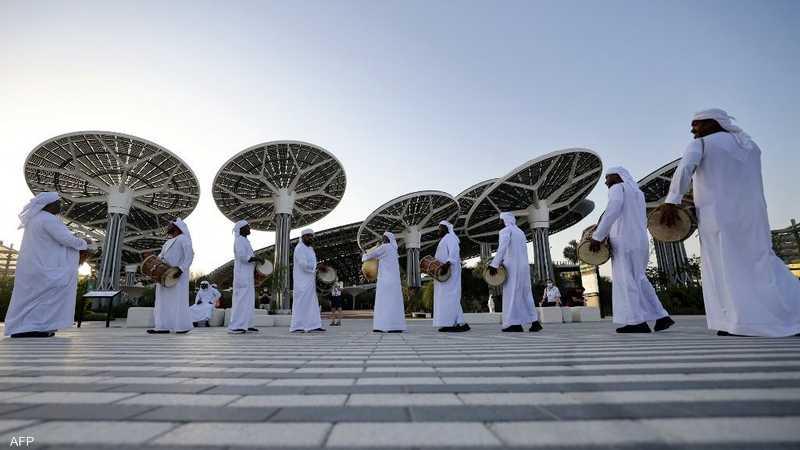 فرقة إماراتية أمام مدخل إكسبو 2020 دبي.