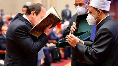 بالصور.. المصحف النادر الذي أهداه إمام الأزهر للسيسي