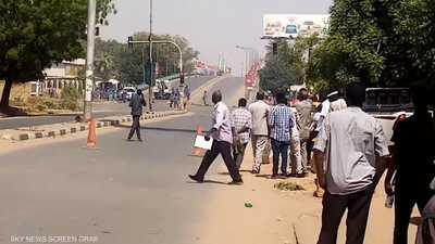 """إغلاق طرقات وسط الخرطوم و""""قنابل غاز"""" لتفريق المتظاهرين"""