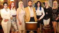 عدنان أوكتار برفقة مجموعة من الفتيات المنضمات لمنظمته