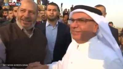 فضيحة مصورة للسفير القطري وقيادي بحماس في غزة