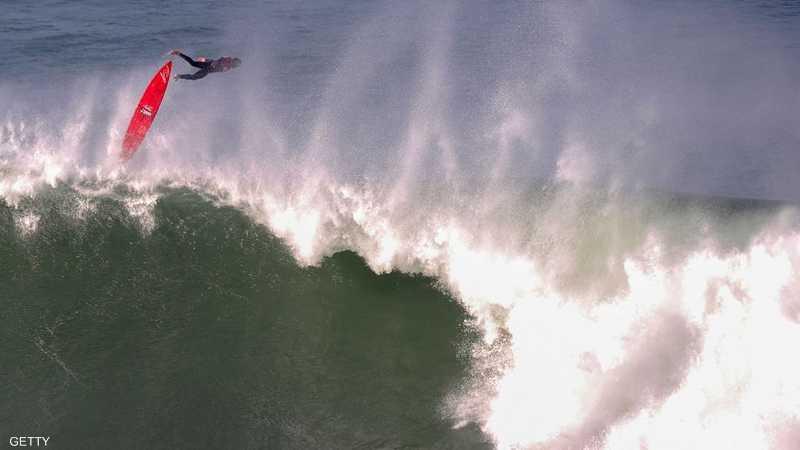 عشاق ركوب الأمواج يحجون باستمرار إلى السواحل الإسبانية